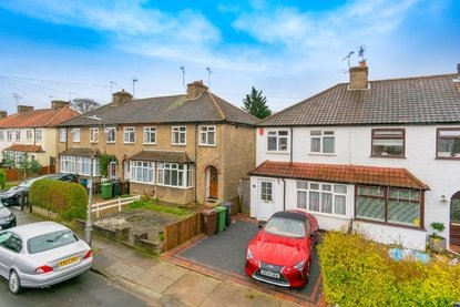 3 Bedroom House For Sale in Leyland Avenue, St. Albans - Collinson Hall
